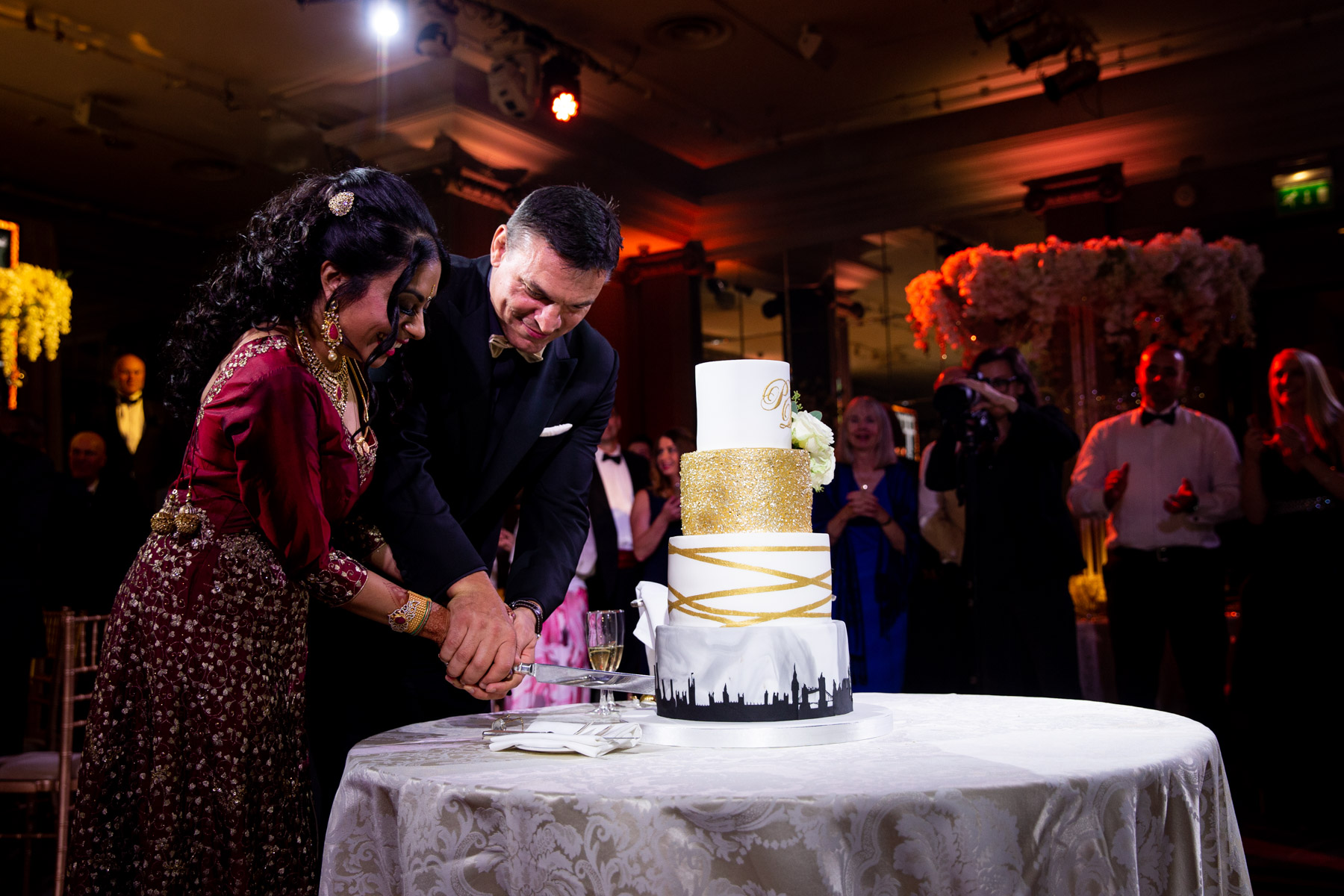 Relaxed and beautiful cake cutting with bride and groom